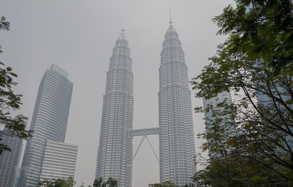 Tòa tháp đôi Petronas ở thủ đô Kuala Lumpur, Malaysia chìm trong khói mù ngày 10/9/2019. (Ảnh: THX/TTXVN)