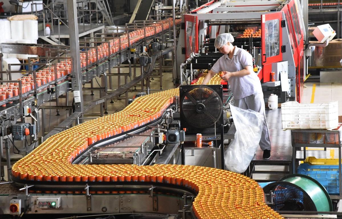 Dây chuyền sản xuất nước ngọt đóng chai tại Bắc Kinh, Trung Quốc. (Ảnh: THX/TTXVN)
