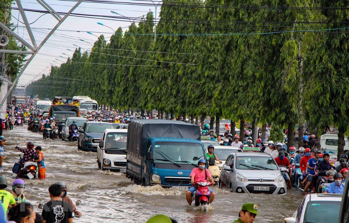 Đường Nguyễn Văn Cừ, quận Ninh Kiều, Cần Thơ, bị ngập sâu do triều cường. (Ảnh: Thanh Liêm/TTXVN)