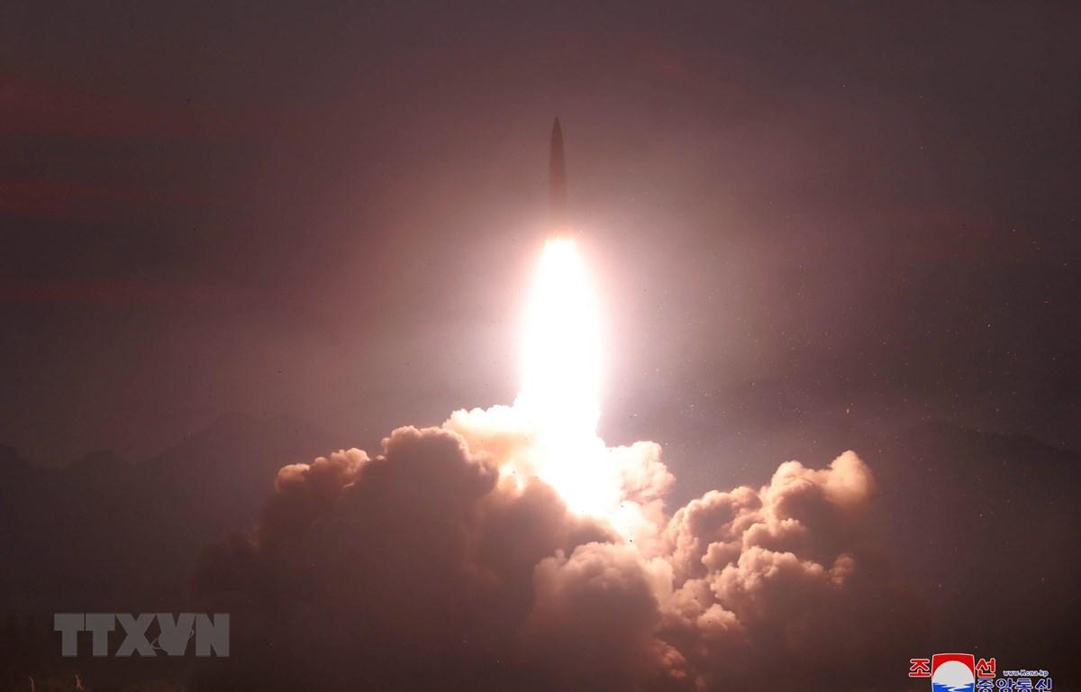 Một vụ phóng thử tên lửa dẫn đường chiến thuật kiểu mới của Triều Tiên ngày 6/8/2019. (Ảnh: Yonhap/TTXVN)