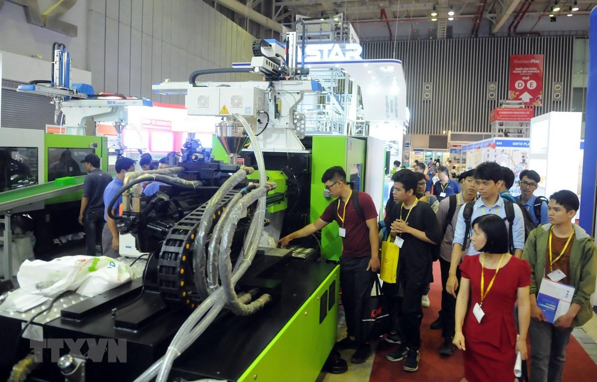 Doanh nghiệp giới thiệu công nghệ sản xuất nhựa tới khách tham quan VietnamPlas 2019. (Ảnh: Xuân Anh/TTXVN)