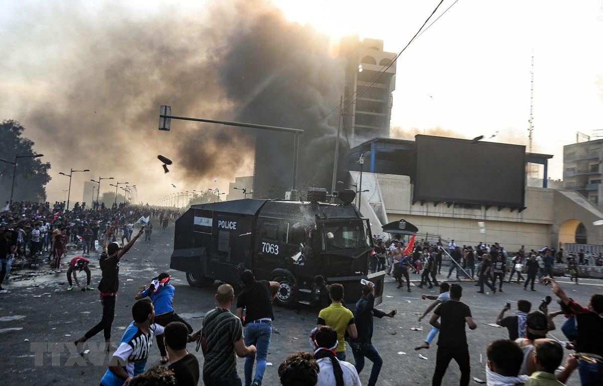 Người biểu tình bạo động xung đột với cảnh sát tại khu vực giữa quảng trường Tahrir và vùng Xanh ở thủ đô Baghdad, Iraq ngày 1/10/2019. (Ảnh: AFP/TTXVN)