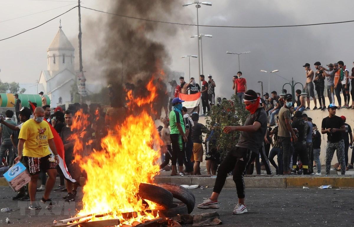 Người biểu tình bạo động trên đường phố Baghdad, Iraq ngày 2/10/2019. (Ảnh: THX/TTXVN)