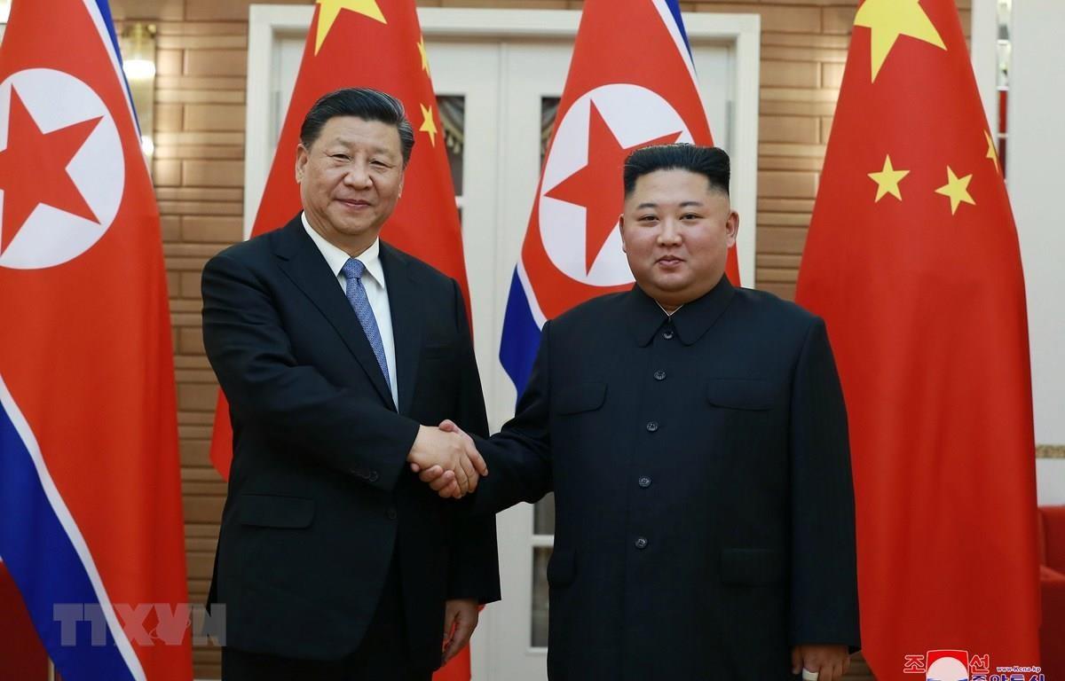 Chủ tịch Trung Quốc Tập Cận Bình (trái) và nhà lãnh đạo Triều Tiên Kim Jong-un trong cuộc gặp thượng đỉnh ở Bình Nhưỡng ngày 20/6/2019. (Ảnh: Yonhap/TTXVN)