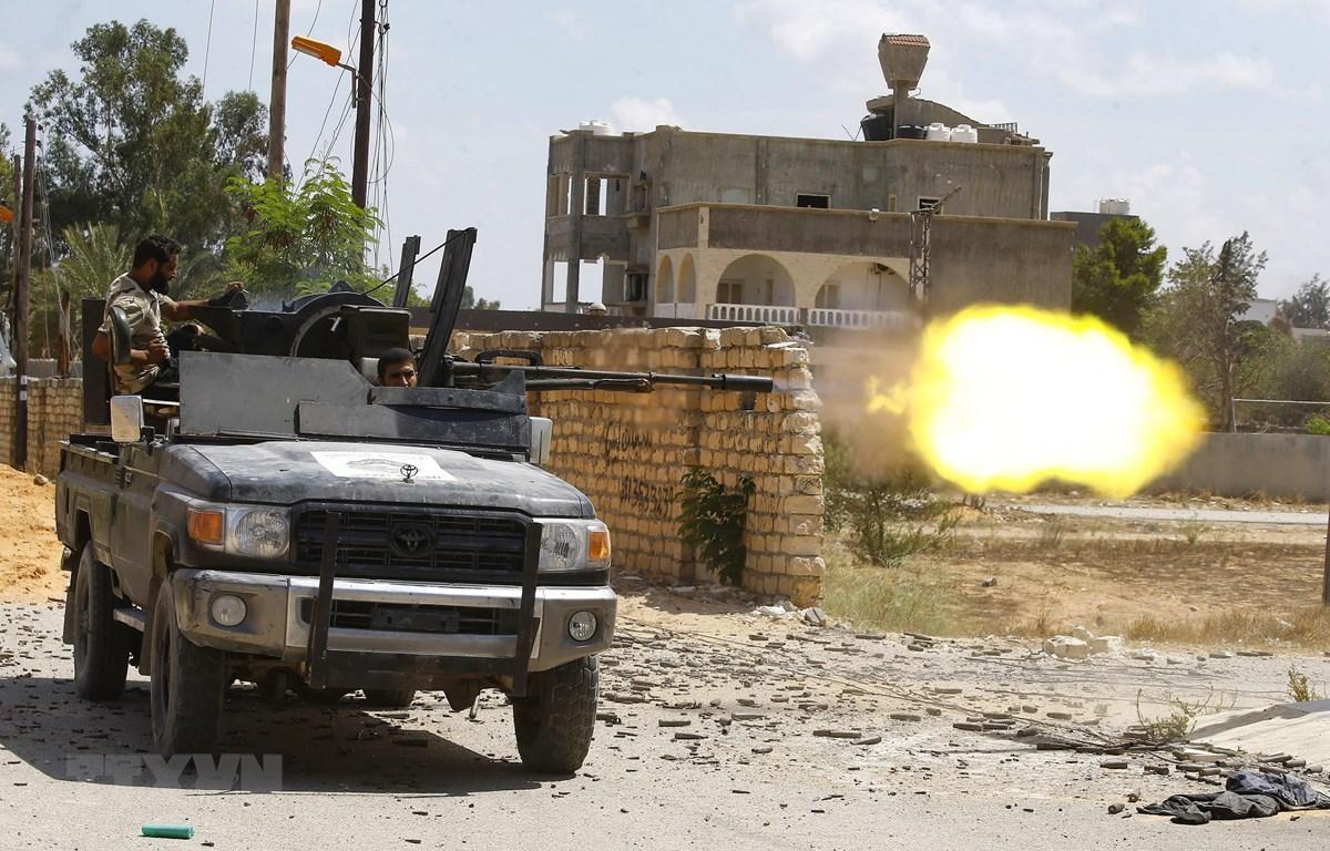 Lực lượng Chính phủ Đoàn kết Dân tộc (GNA) của Libya trong cuộc giao tranh với lực lượng Quân đội quốc gia Libya (LNA) tại Ain Zara, ngoại ô Tripoli, ngày 7/9/2019. (Ảnh: AFP/ TTXVN)