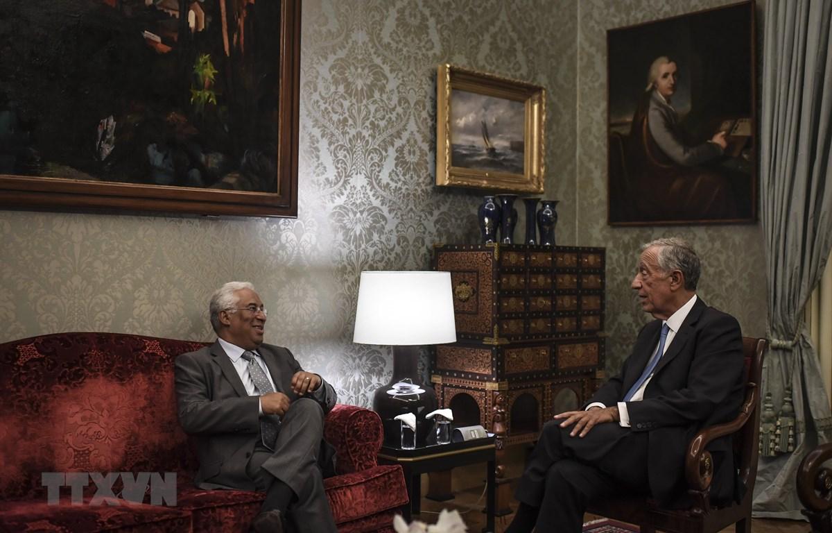 Tổng thống Bồ Đào Nha Marcelo Rebelo de Souza (phải) và Thủ tướng Antonio Costa trong cuộc gặp tại Lisbon ngày 8/10/2019. (Ảnh: AFP/TTXVN)