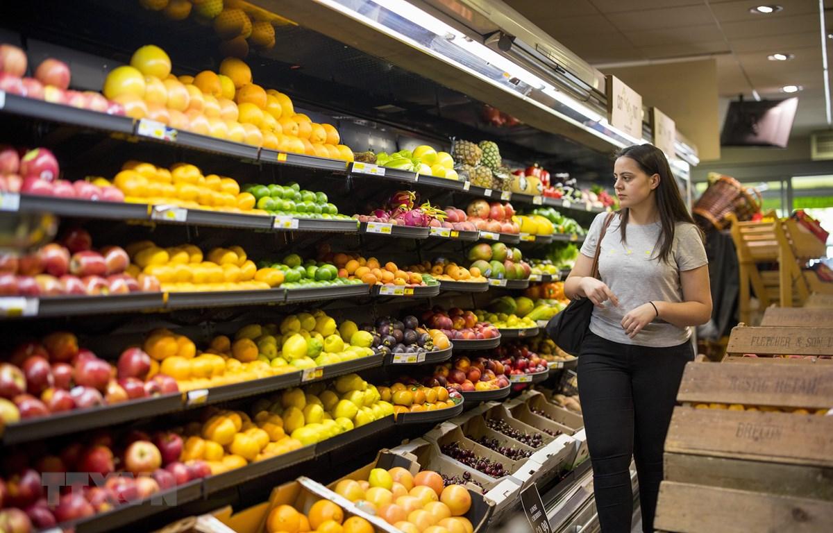 Người dân mua sắm tại một siêu thị ở Belsize Park, phía Bắc thủ đô London, Anh. (Ảnh: AFP/TTXVN)