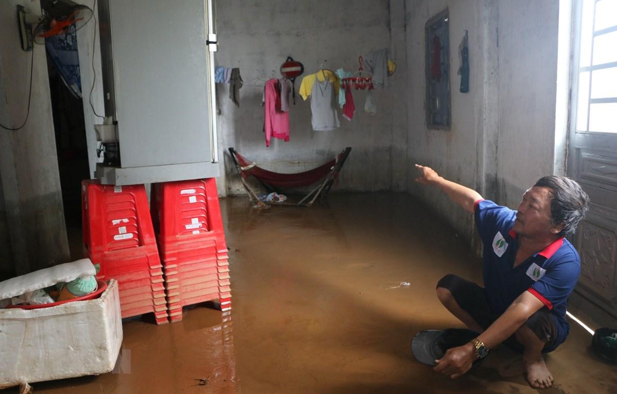 Nước lũ tràn về gây ảnh hưởng lớn đến đời sống của người dân. (Ảnh: K GỬIH/TTXVN)