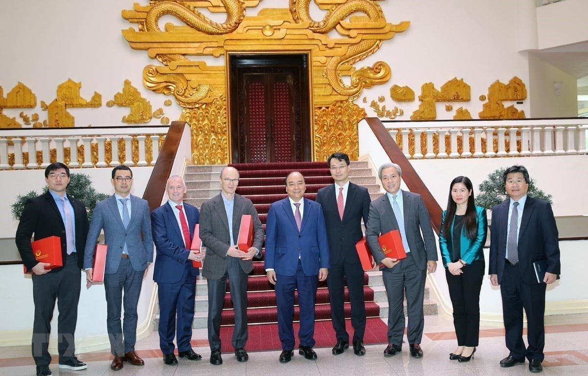 Thủ tướng Nguyễn Xuân Phúc chụp ảnh lưu niệm với các doanh nghiệp đầu tư vào Việt Nam. (Ảnh: Dương Giang/TTXVN)