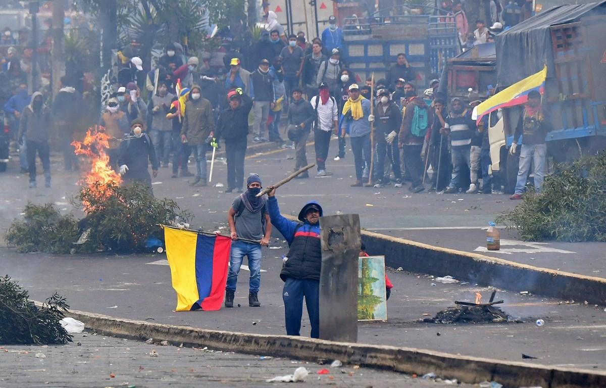 Biểu tình phản đối chính sách khắc khổ của chính phủ tại Quito, Ecuador, ngày 8/10. (Ảnh: AFP/TTXVN)