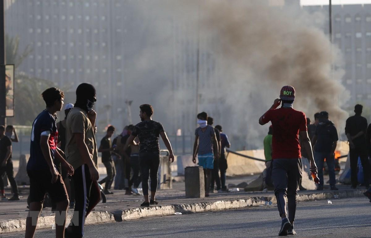 Người biểu tình đốt phá tại thủ đô Baghdad, Iraq ngày 5/10/2019. (Ảnh: THX/TTXVN)