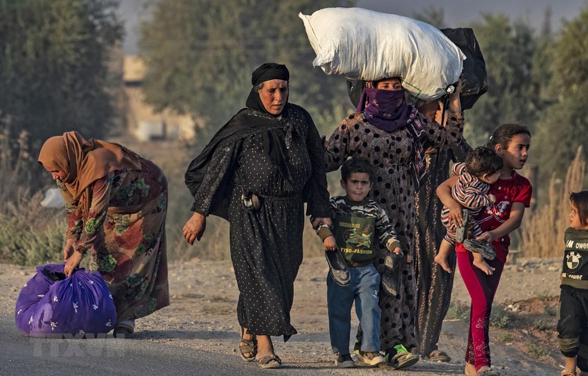Người dân Syria sơ tán tránh chiến sự khi quân đội Thổ Nhĩ Kỳ tấn công các tay súng người Kurd ở thị trấn Ras al-Ain thuộc tỉnh Hasakeh (Syria) ngày 9/10/2019. (Ảnh: AFP/TTXVN)
