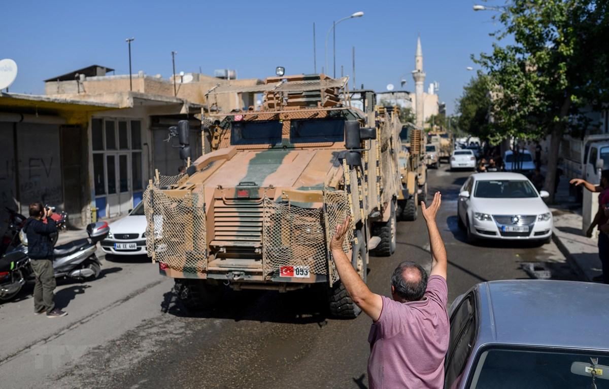 Các tay súng Syria ủng hộ Thổ Nhĩ Kỳ tiến vào Tel Abyad, hướng về thị trấn Akcakale ở Sanliurfa (Syria) trong chiến dịch chống các tay súng người Kurd. (Ảnh: AFP/TTXVN)
