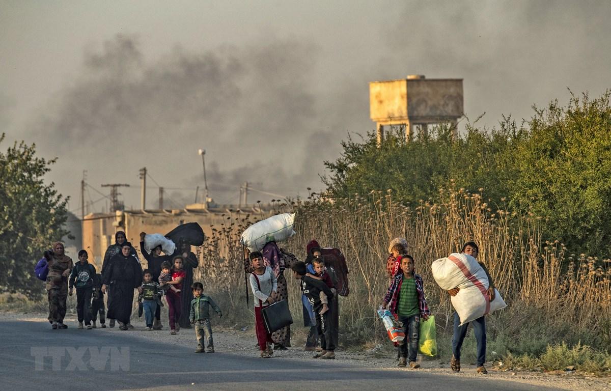 Người dân sơ tán khỏi các khu vực xung đột tại tỉnh Hasakeh, đông bắc Syria, ngày 10/10. (Ảnh: AFP/TTXVN)