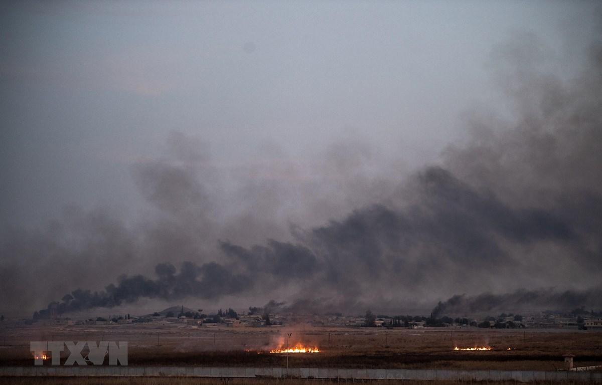 Khói bốc lên ở thị trấn Tal Abyad, miền Bắc Syria khi quân đội Thổ Nhĩ Kỳ tiến hành chiến dịch tấn công các tay súng người Kurd, ngày 10/10/2019. (Ảnh: AFP/TTXVN)