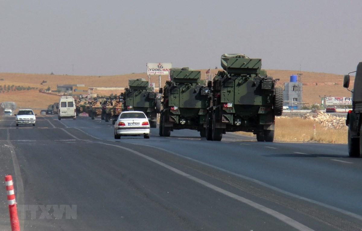 Khói bốc lên từ thành phố Ras al-Ain của Syria sau cuộc tấn công của quân đội Thổ Nhĩ Kỳ ngày 10/10/2019. (Ảnh: THX/TTXVN)