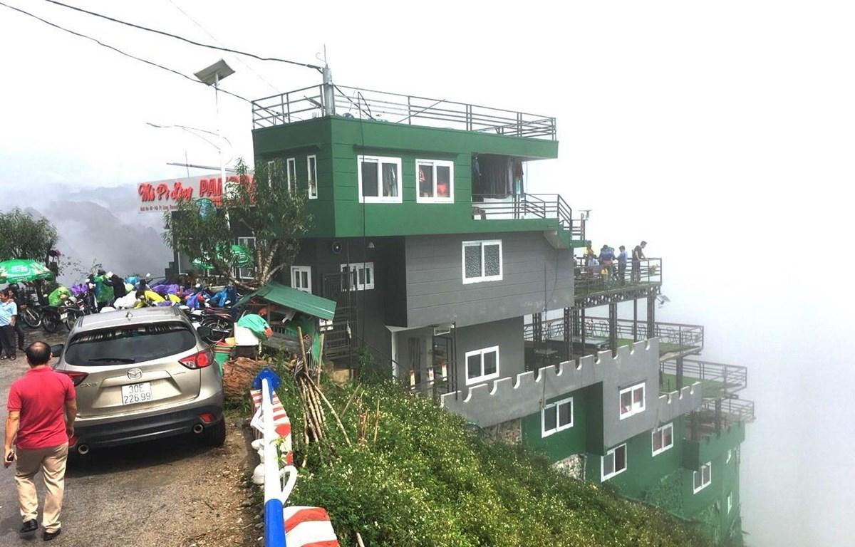 Công trình xây dựng nhà nghỉ, nhà hàng Panorama trái phép ở đỉnh đèo Mã Pì Lèng, huyện Mèo Vạc, tỉnh Hà Giang. (Ảnh: TTXVN)