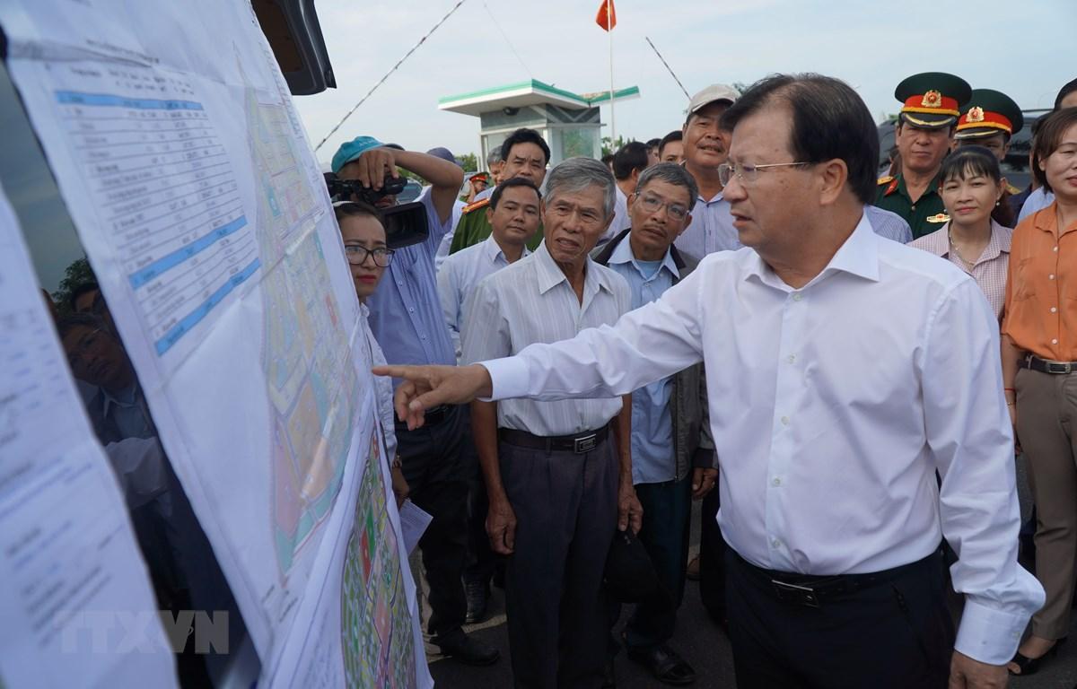 Phó Thủ tướng Chính phủ Trịnh Đình Dũng kiểm tra tại khu vực xây dựng khu tái định cư phục vụ Dự án Sân bay Long Thành. (Ảnh: Công Phong/TTXVN)