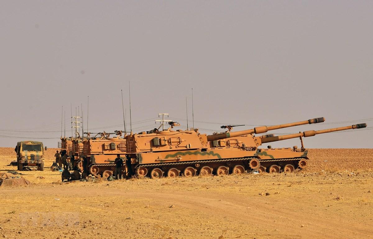 Xe tăng quân sự Thổ Nhĩ Kỳ được triển khai tại Tal Abyad, miền Bắc Syria, ngày 13/10/2019. (Ảnh: THX/TTXVN)