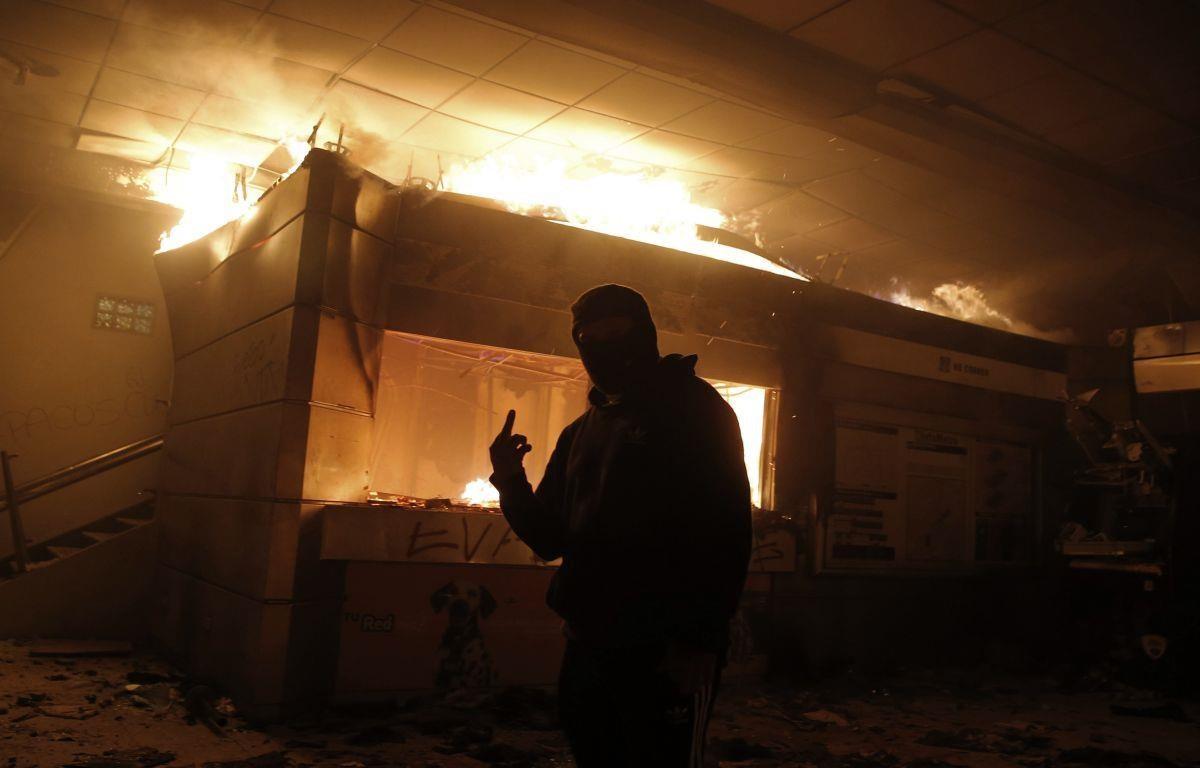 Người biểu tình đốt phá một ga tàu điện ngầm. (Nguồn: AP)