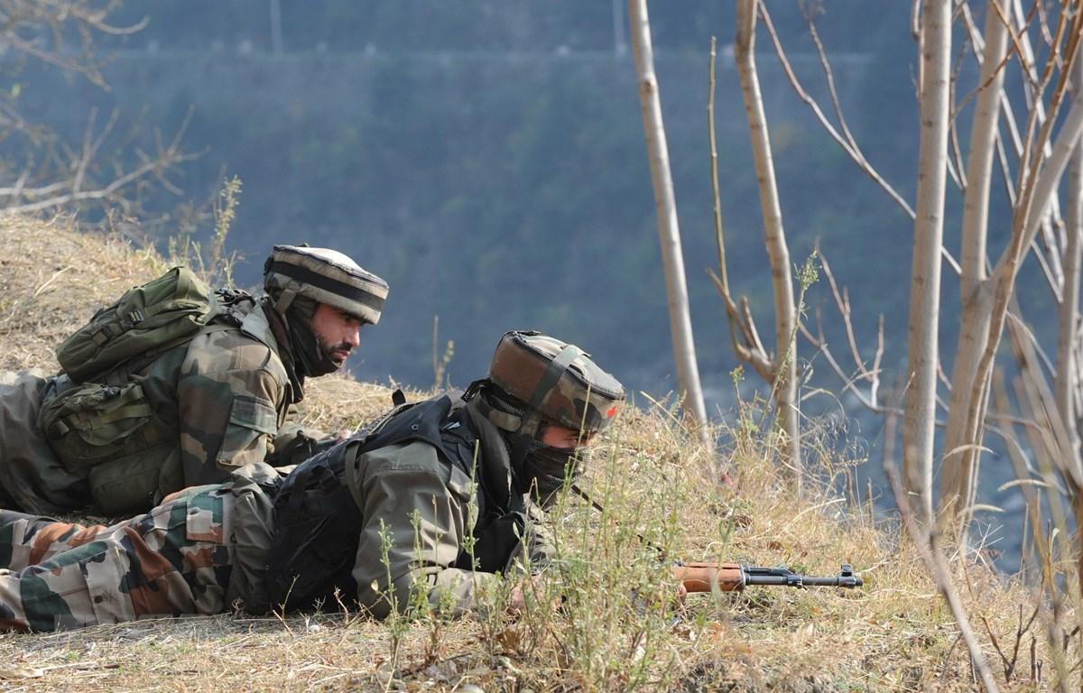 Lực lượng an ninh Ấn Độ gác tại khu vực biên giới Ấn Độ-Pakistan. (Ảnh:AFP/TTXVN)