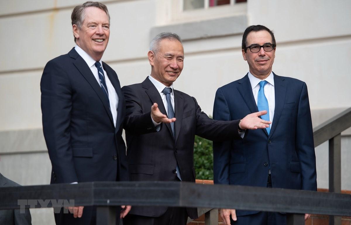 Bộ trưởng Tài chính Mỹ Steven Mnuchin (phải), Đại diên Thương mại Mỹ Robert Lighthizer (trái) và Phó Thủ tướng Trung Quốc Lưu Hạc (giữa) tại cuộc gặp ở Washington, DC, Mỹ, ngày 10/10. (Ảnh: AFP/TTXVN)