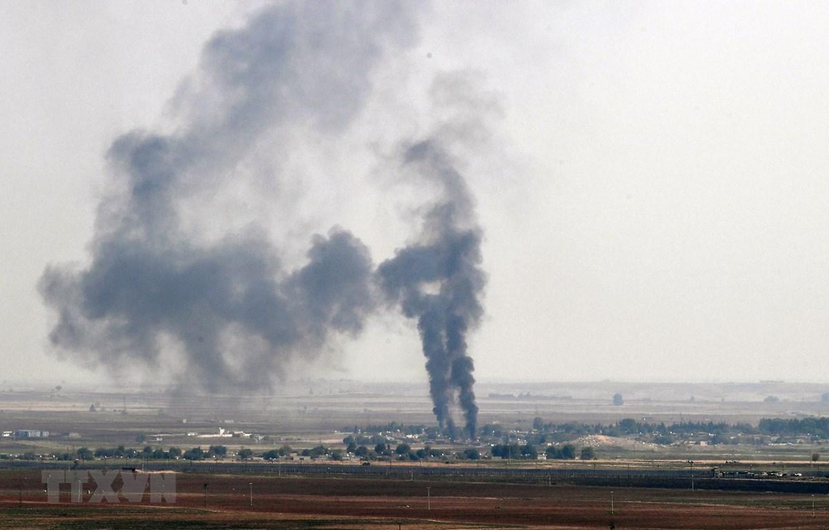 Khói bốc lên từ thị trấn Ras al-Ain ở miền bắc Syria sau một cuộc tấn công của quân đội Thổ Nhĩ Kỳ ngày 17/10/2019. (Ảnh: THX/TTXVN)