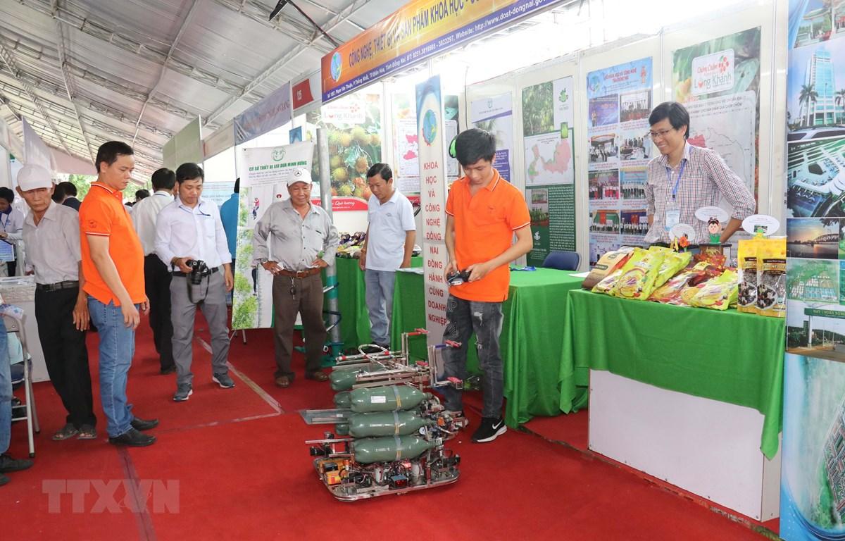 Các doanh nghiệp, đơn vị giới thiệu các thiết bị, sản phẩm khoa học công nghệ. (Ảnh: Ngọc Thiện/TTXVN)