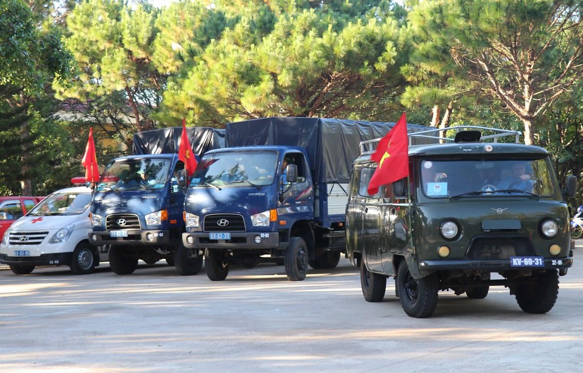 Đoàn xe đưa cán bộ, chiến sỹ đội K52 lên đường làm nhiệm vụ. (Ảnh: Dư Toán/TTXVN)