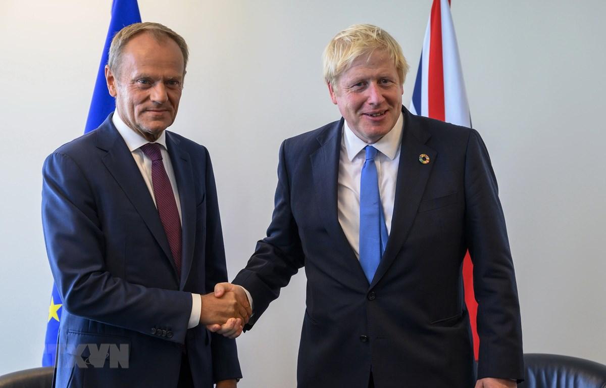 Chủ tịch Hội đồng châu Âu Donald Tusk (trái) trong cuộc gặp Thủ tướng Anh Boris Johnson tại New York (Mỹ) ngày 23/9/2019. (Ảnh: AFP/TTXVN)