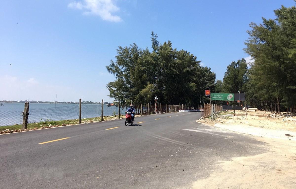 Đập Hòa Duân ở thị trấn Thuận An, huyện Phú Vang nay đã được hàn khẩu trở thành tuyến Quốc lộ 49B. (Ảnh: Đỗ Trưởng/TTXVN)