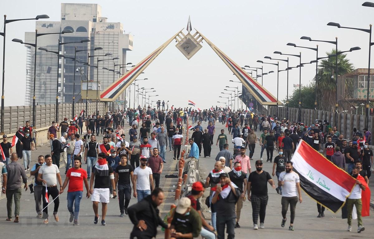 Biểu tình phản đối chính phủ tại Baghdad, Iraq, ngày 25/10. (Ảnh: AFP/TTXVN)