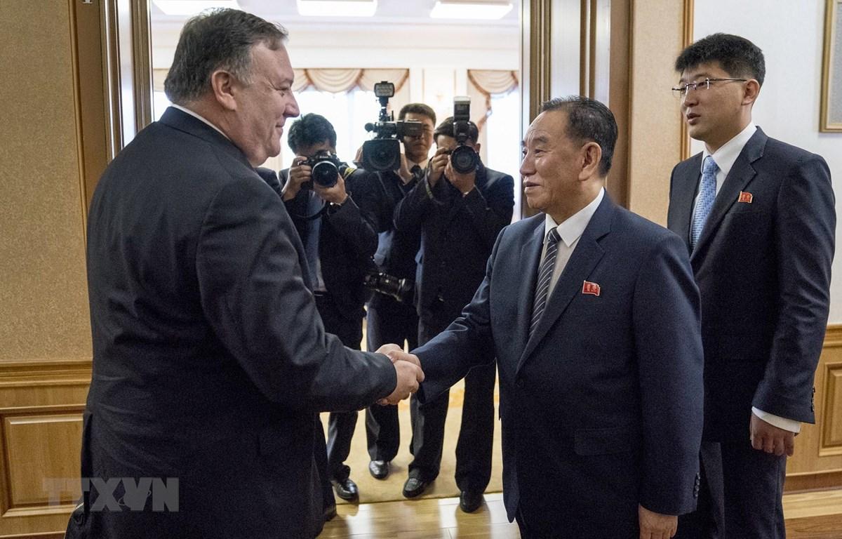 Ông Kim Yong-chol (phải), Phó Chủ tịch Ban Chấp hành trung ương Đảng Lao động Triều Tiên, và Ngoại trưởng Mỹ Mike Pompeo trong cuộc gặp tại Bình Nhưỡng ngày 7/7/2018. (Ảnh: AFP/TTXVN)