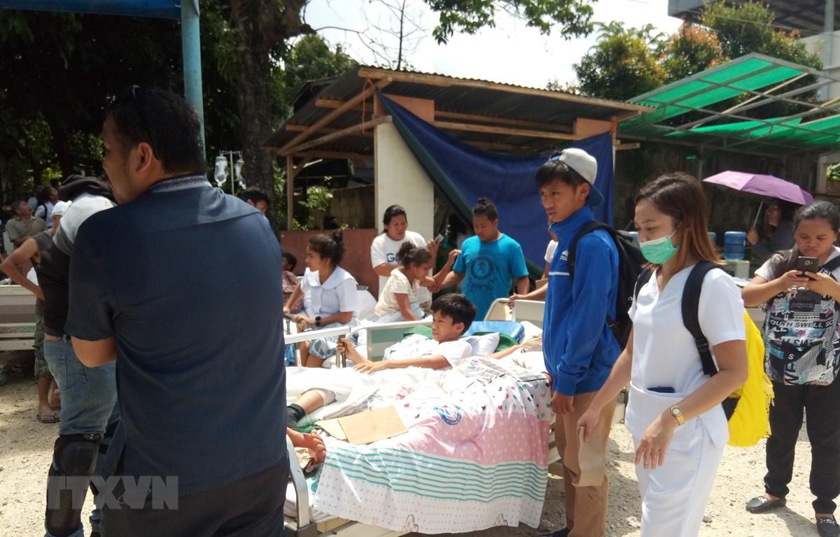 Chuyển nạn nhân bị thương sau trận động đất ở thị trấn Makilala trên đảo Midanao, miền Nam Philippines ngày 29/10/2019. (Ảnh: AFP/TTXVN)