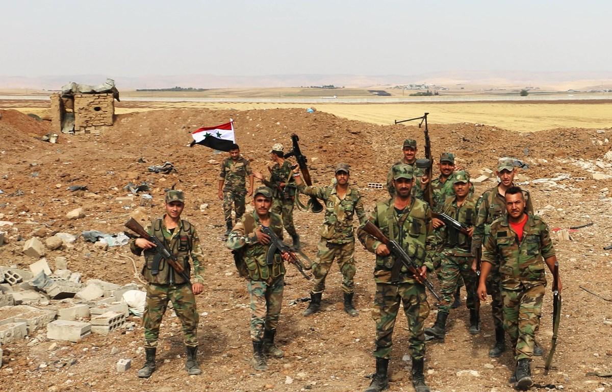 Quân đội Syria được triển khai tại khu vực biên giới với Thổ Nhĩ Kỳ ở ngoại ô thành phố Qamishli, tỉnh al-Hasakah, ngày 28/10/2019. (Ảnh: THX/TTXVN)