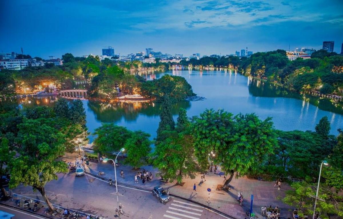 Hồ Hoàn Kiếm đẹp lung linh trong đêm. (Ảnh: Trọng Đạt/TTXVN)