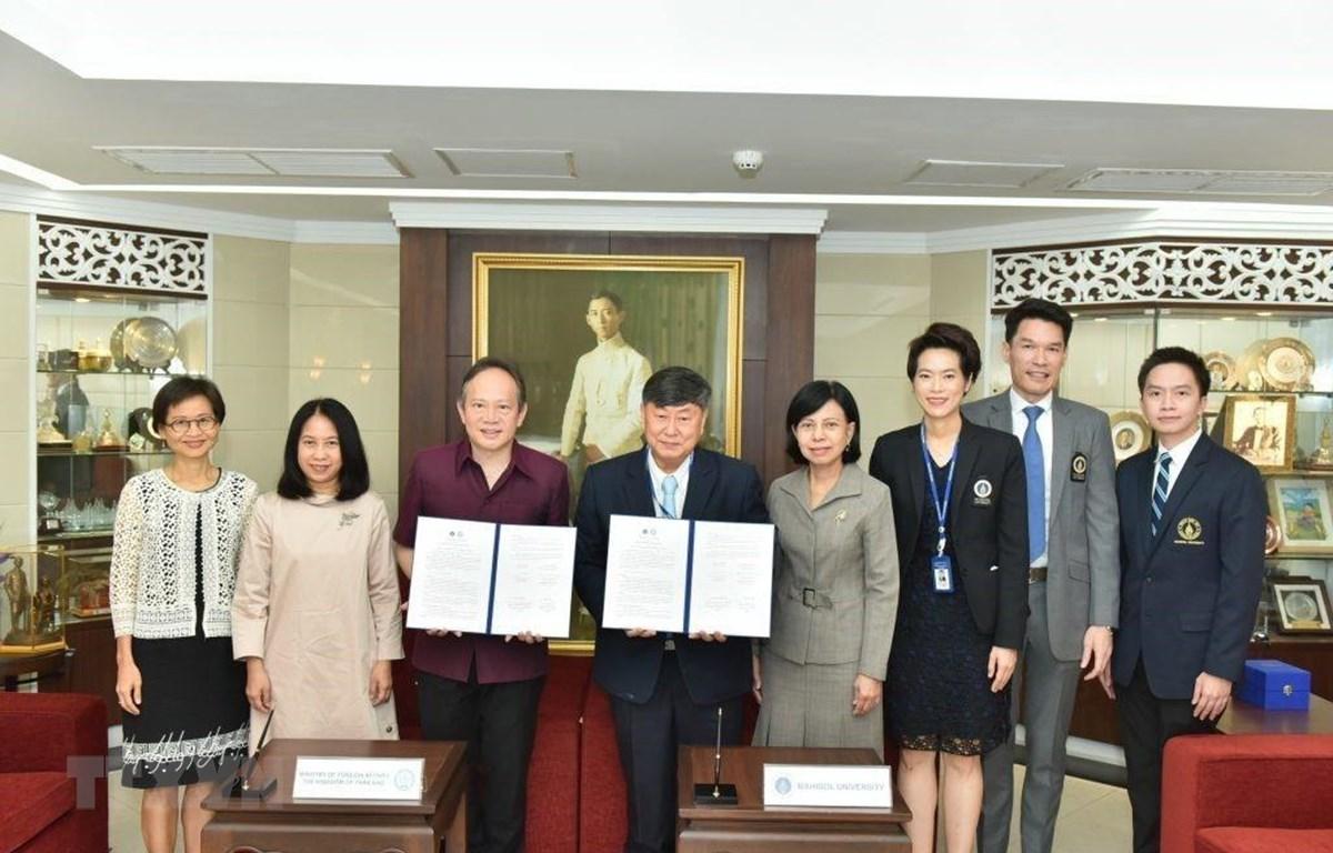 Đại diện Bộ Ngoại giao Thái Lan và Đại học Mahidol tại lễ ký Bản ghi nhớ về việc thành lập trung tâm. (Ảnh: TTXVN phát)