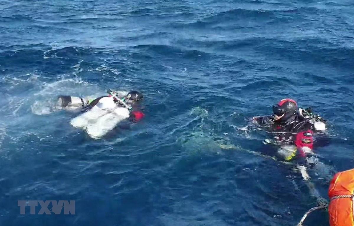 Thợ lặn Hàn Quốc tham gia tìm kiếm máy bay trực thăng bị rơi ngày 1/11/2019. (Ảnh: Yonhap/TTXVN)