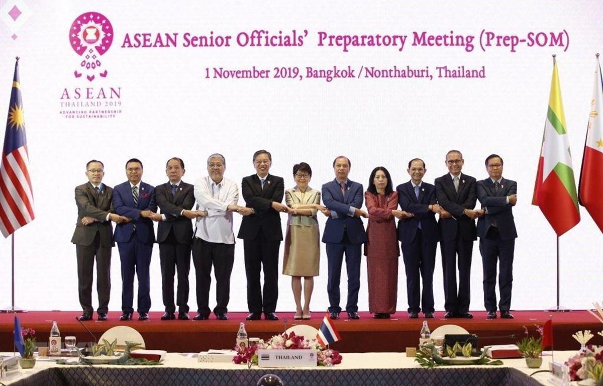 Các trưởng đoàn dự Hội nghị Quan chức cấp cao ASEAN chuẩn bị cho Hội nghị cấp cao ASEAN lần thứ 35, chụp ảnh chung. (Ảnh: Ngọc Quang-Hữu Kiên/TTXVN)
