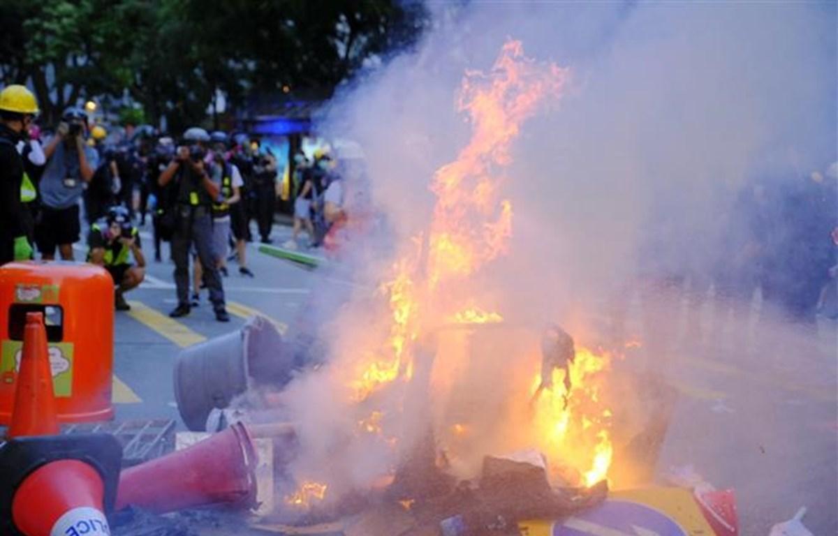 Người biểu tình bạo lực đốt phá trên đường phố tại Hong Kong. (Ảnh: THX/ TTXVN)