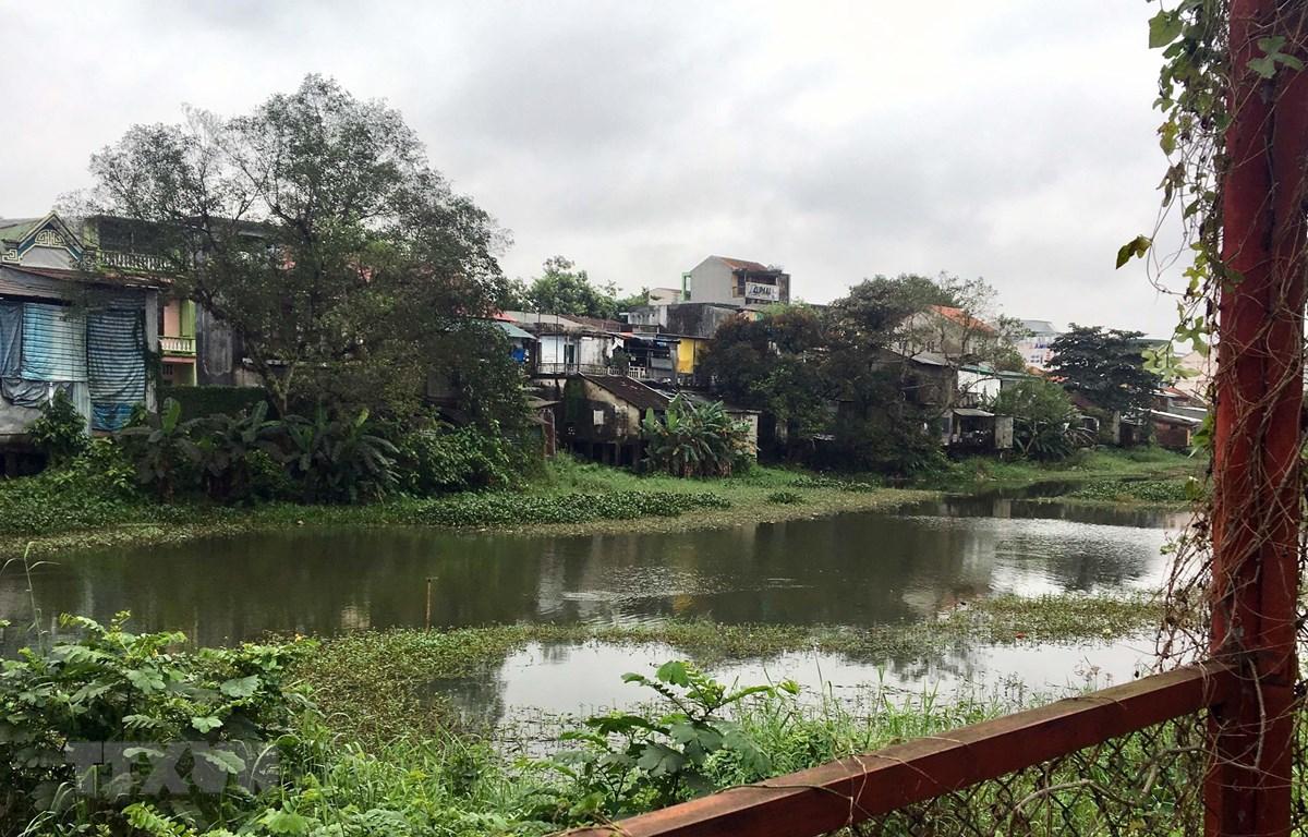 Các hộ dân đang sống tại khu vực Thượng thành thuộc di tích Kinh Thành Huế. (Ảnh: Quốc Việt/TTXVN)