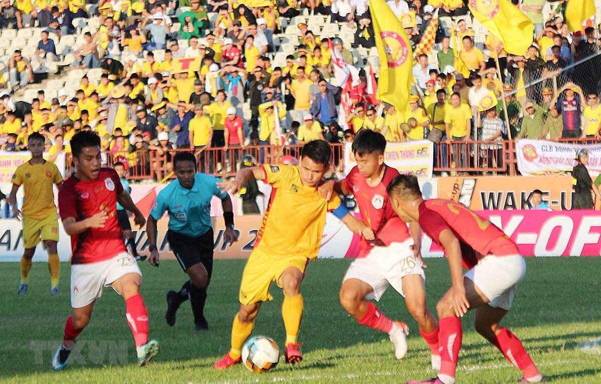 Một pha tranh bóng giữa các cầu thủ Phố Hiến và Thanh Hóa ở V-League. (Ảnh: Nguyễn Oanh/TTXVN)