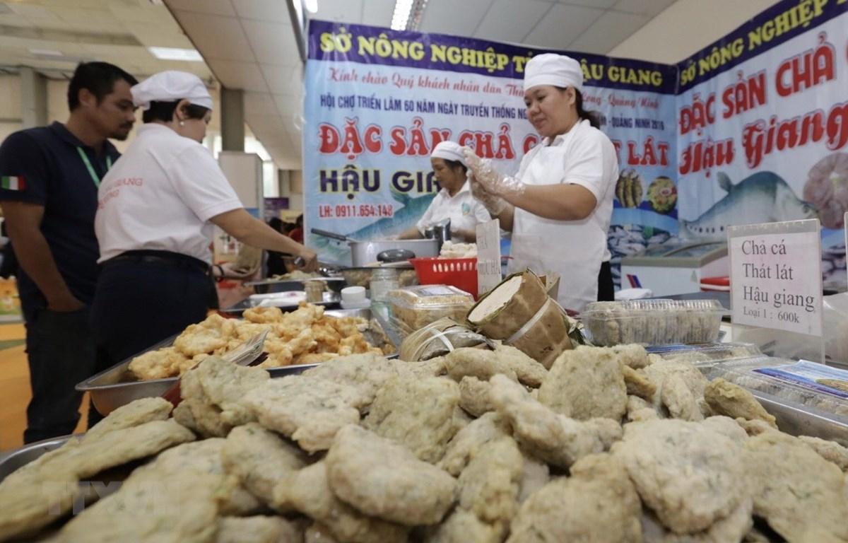 Gian giới thiệu sản phẩm thức ăn chế biến đến từ Hậu Giang. (Ảnh: Trần Việt/TTXVN)