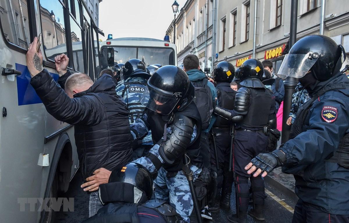 Cảnh sát Nga khám xét một đối tượng tình nghi trong chiến dịch tăng cường an ninh tại Moskva, Nga, ngày 10/8. (Ảnh: AFP/TTXVN)