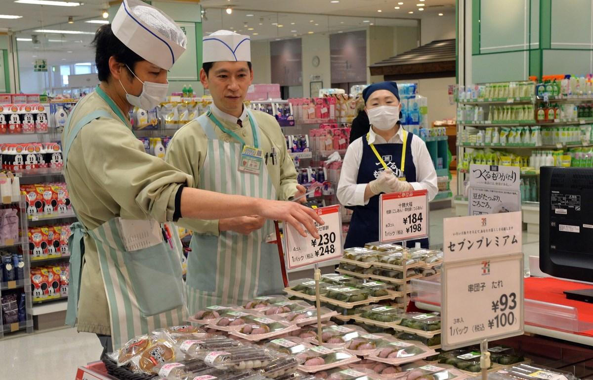 Nhân viên kiểm tra giá các mặt hàng tại siêu thị Itoyokado ở Tokyo, Nhật Bản. (Ảnh: AFP/TTXVN)