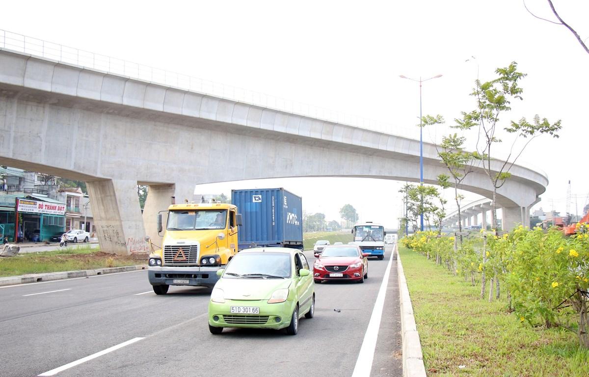 Hầm hở trên Quốc lộ 1 nằm phía dưới Dự án tuyến đường sắt đô thị Bến Thanh-Suối Tiên. (Ảnh: Tiến Lực/TTXVN)