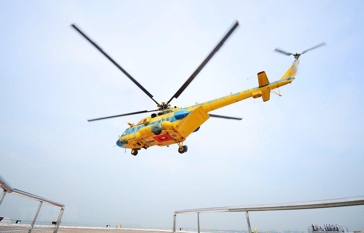 Chuyến bay thử nghiệm đầu tiên tại sân bay trực thăng mới trong khuôn viên Bệnh viện Quân y 175. (Ảnh: Đinh Hằng/TTXVN)