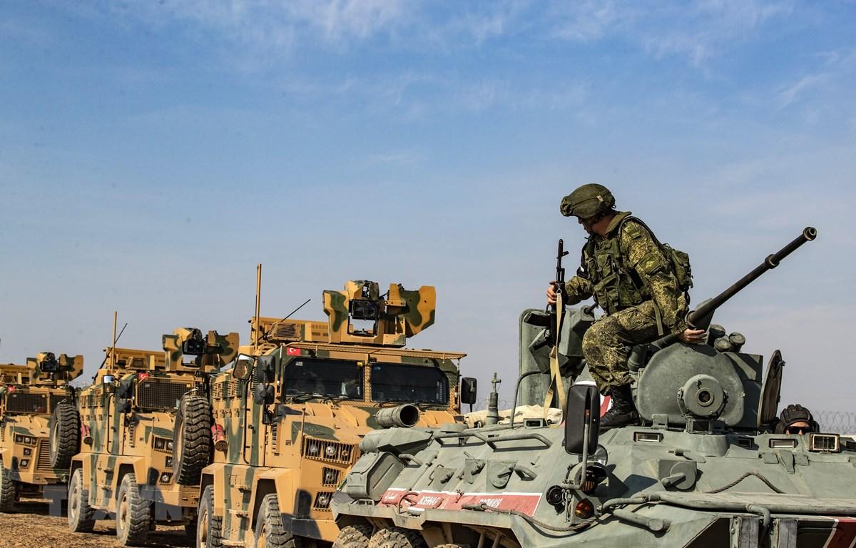 Xe quân sự Nga và Thổ Nhĩ Kỳ tuần tra tại thị trấn Darbasiyah, tỉnh Hasakeh, biên giới Syria-Thổ Nhĩ Kỳ, ngày 1/11/2019. (Ảnh: AFP/TTXVN)