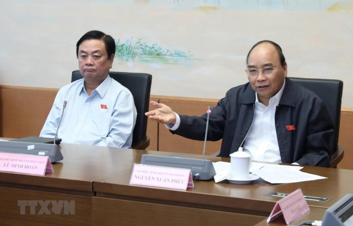 Thủ tướng Nguyễn Xuân Phúc, đại biểu Quốc hội thành phố Hải Phòng, thảo luận về dự án Luật Đầu tư theo hình thức đối tác công tư. (Ảnh: Lâm Khánh/TTXVN)