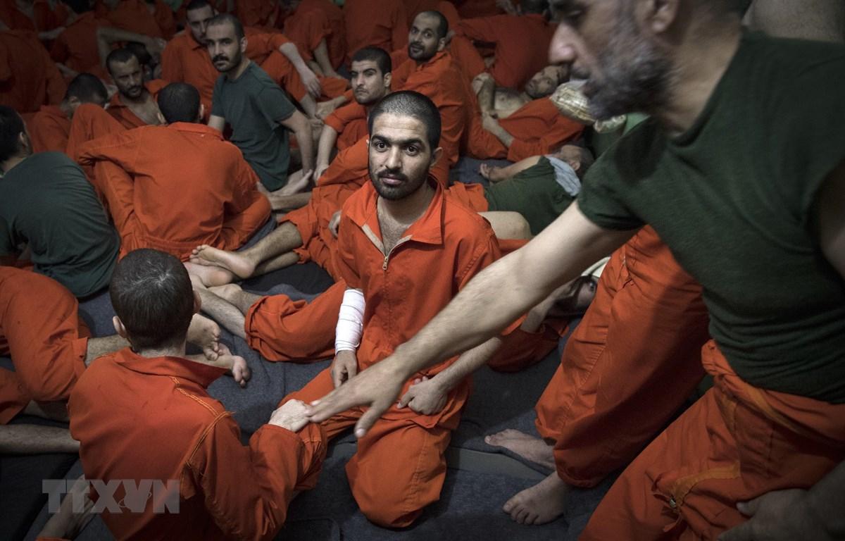 Các đối tượng được cho là thành viên Tổ chức Nhà nước Hồi giáo (IS) tự xưng tại một nhà tù ở thành phố Hasakeh, miền Đông Bắc Syria ngày 26/10/2019. (Ảnh: AFP/TTXVN)